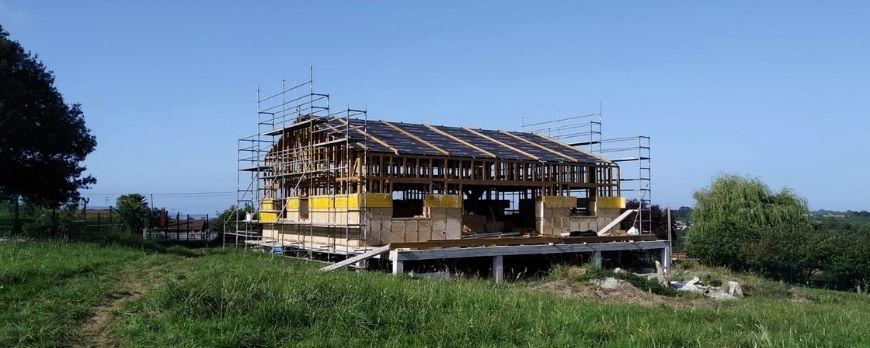Foto de obra de casa de construcción con paja