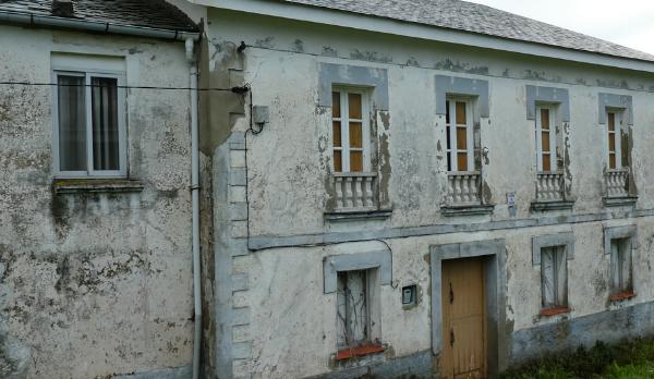 fachada de vivienda en rehabilitación con criterios ecológicos
